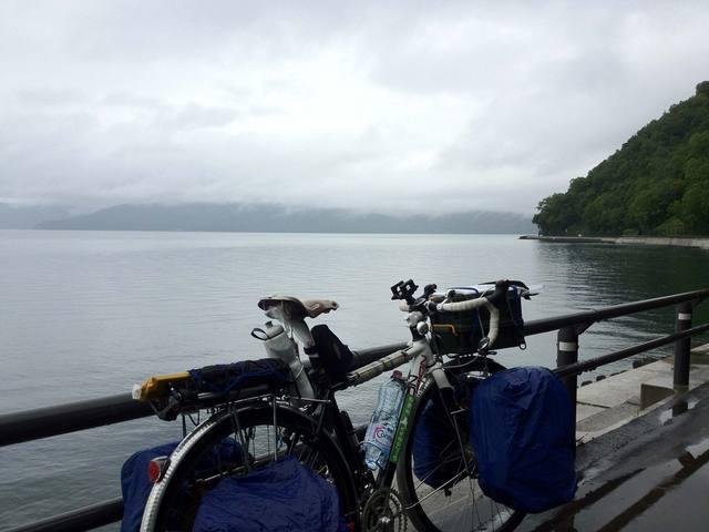 雨雲にすっかりと覆われた支笏湖
