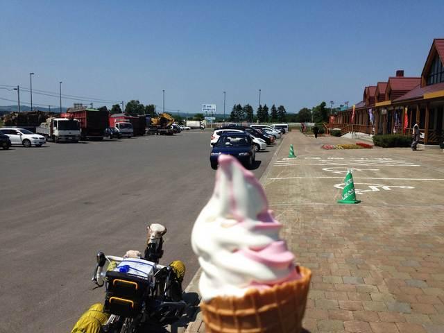 あまりの暑さに見る見る溶けていくソフトクリーム