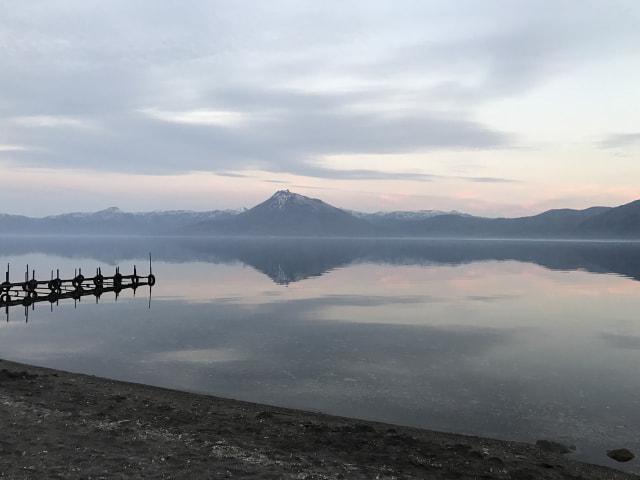 朝もやのかかる支笏湖